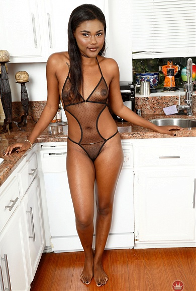 Exotic babe Yara Skye